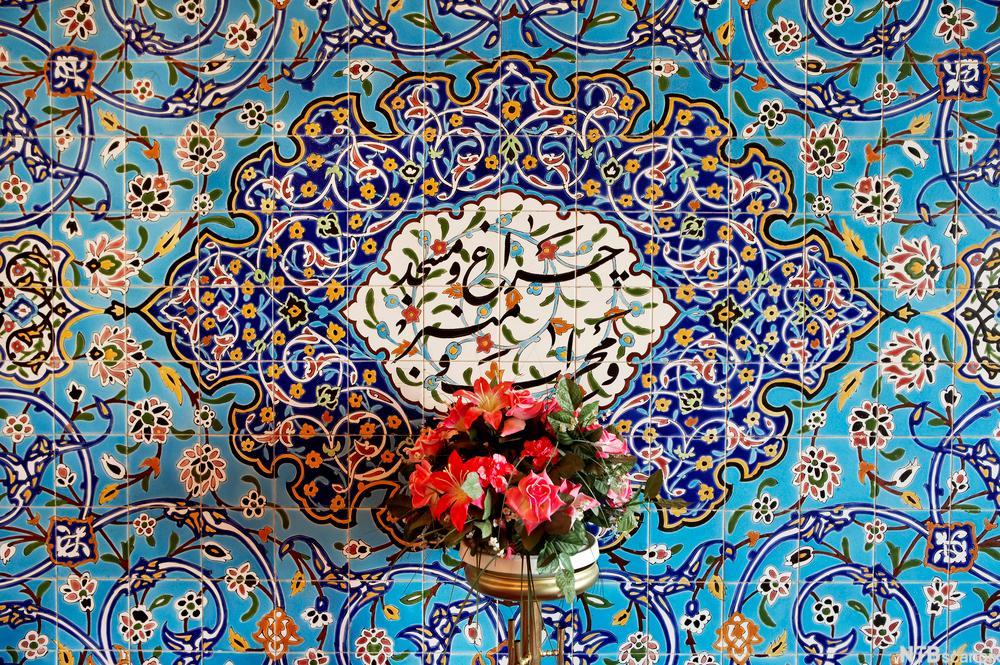 Mosaikk i blå- og gultoner og blomstervase i moské i Oslo. Foto.