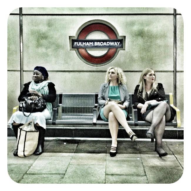 kvinner på undergrunnsstasjon