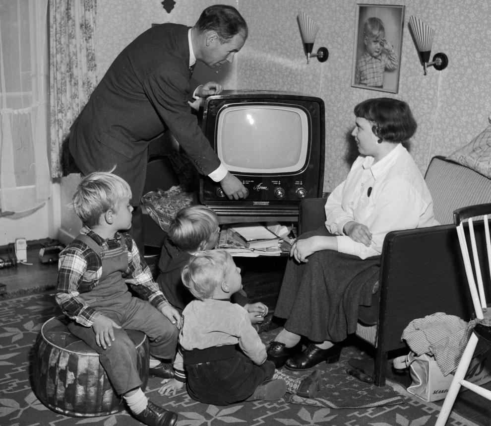 En familie er klar til å se på fjernsyn på slutten av 1950-tallet. Foto.