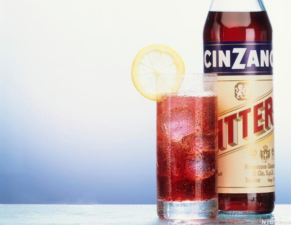 Flaske og glass med Cinzano bitter. Foto.