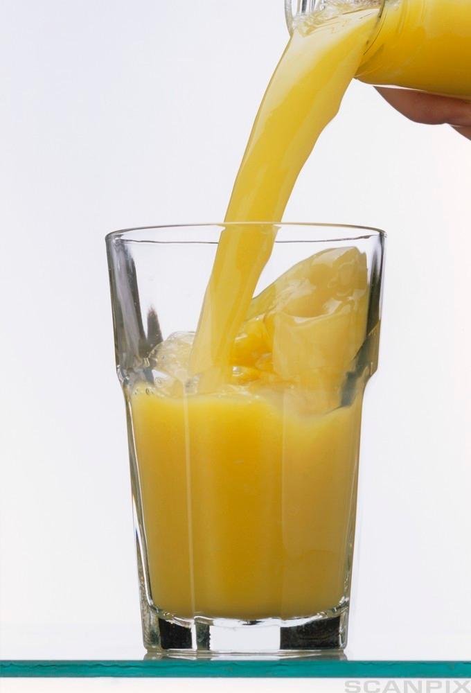Bilde av et glass med frisk appelsinjuice.