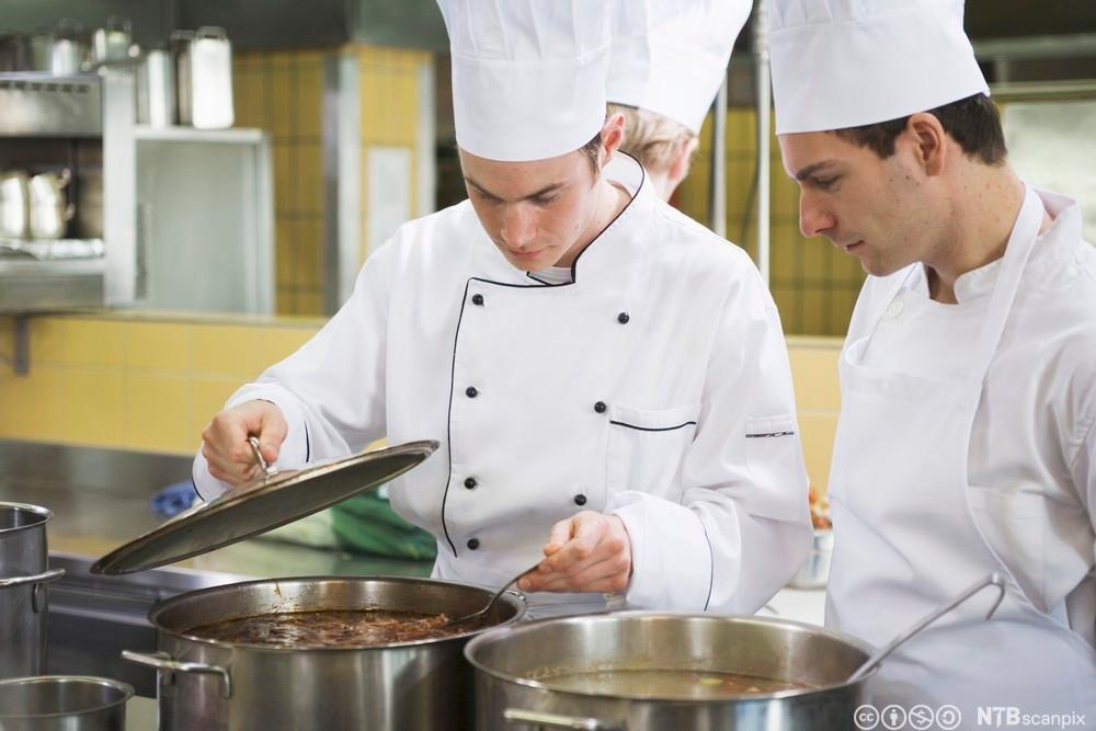 Kokk smaker på matrett. Foto.
