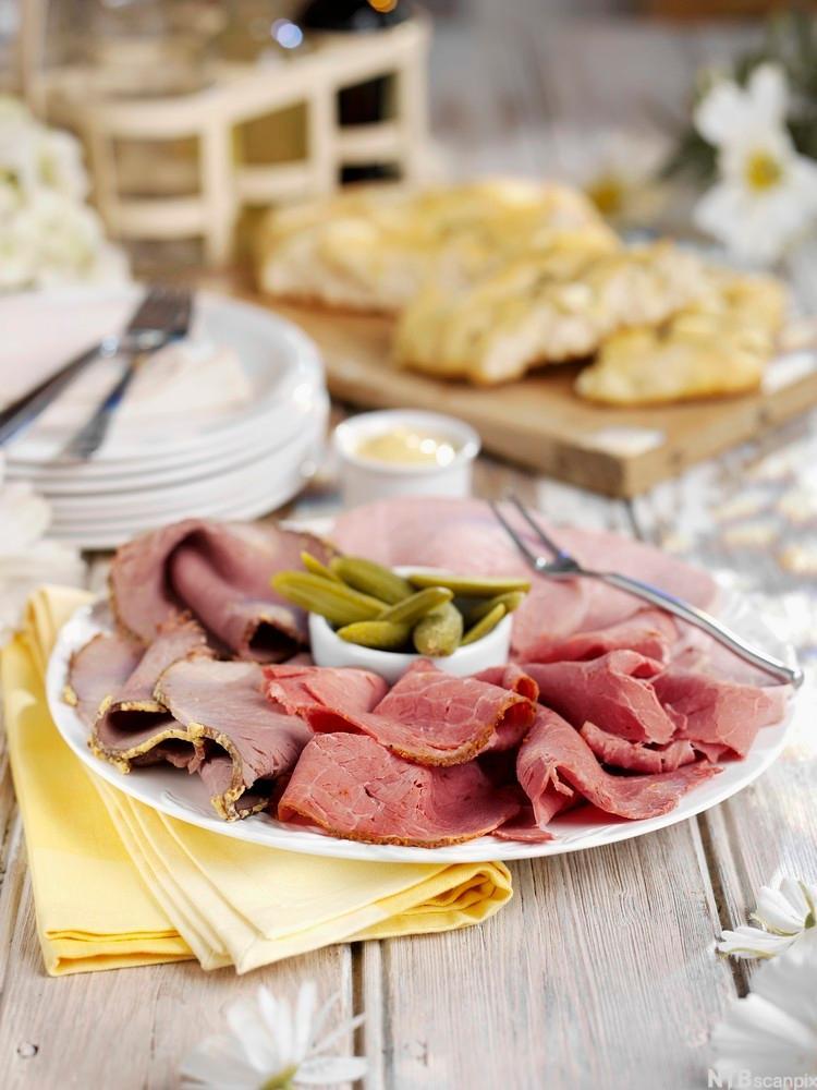 Bilde av skinke- og pastrami med sylteagurk. Foto.