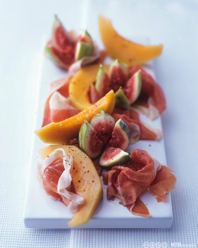Fat med spekemat og frukt. Foto.