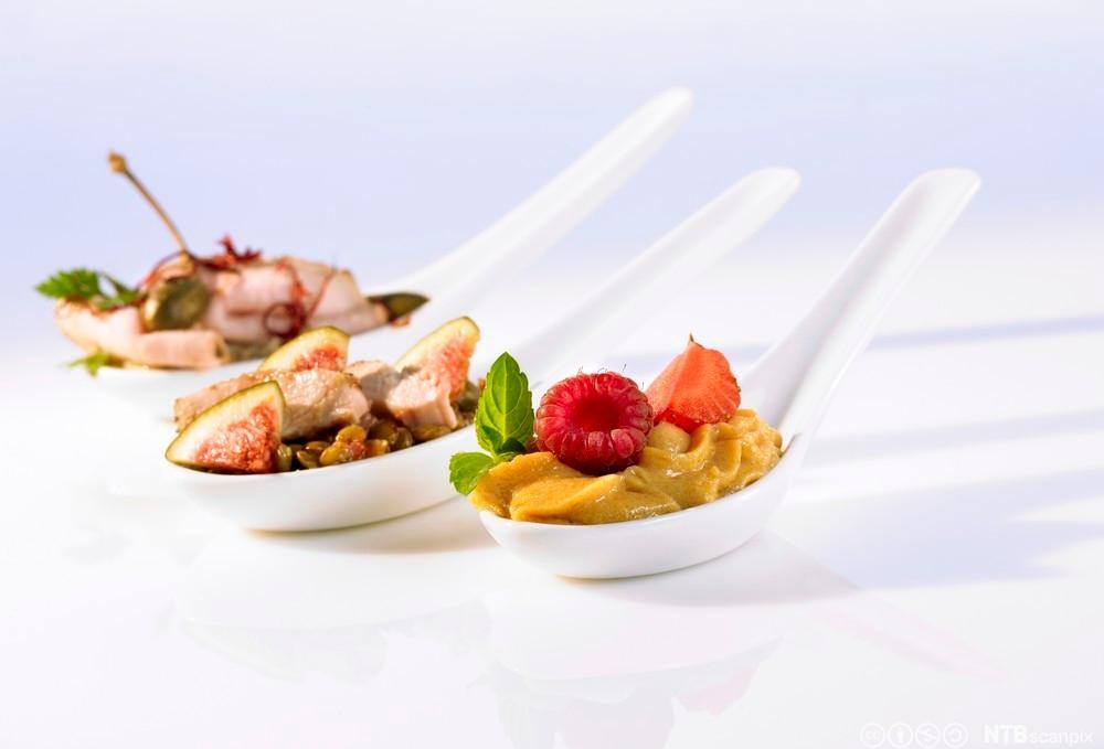 Bilde av tre kinesiske skjeer med ulike matretter oppi. Foto.