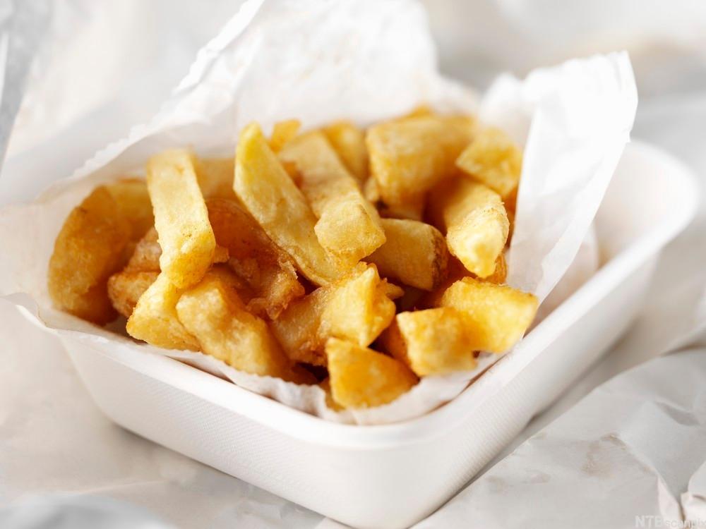 En porsjon pommes frites i ei skål. Foto.