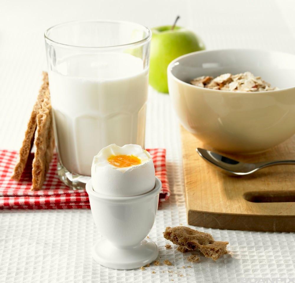 Frukost med musli og kokt egg. Foto.