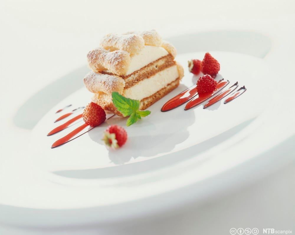 Dessert på tallerken. Foto.