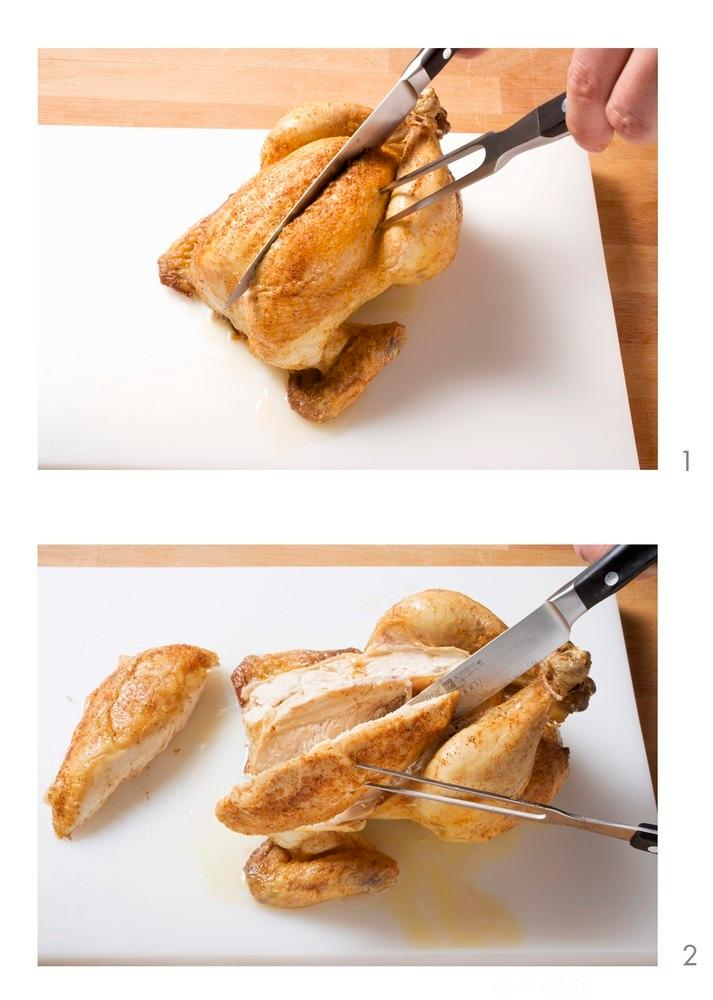 En helstekt kylling blir skjært med transjeringsbestikk. Foto.