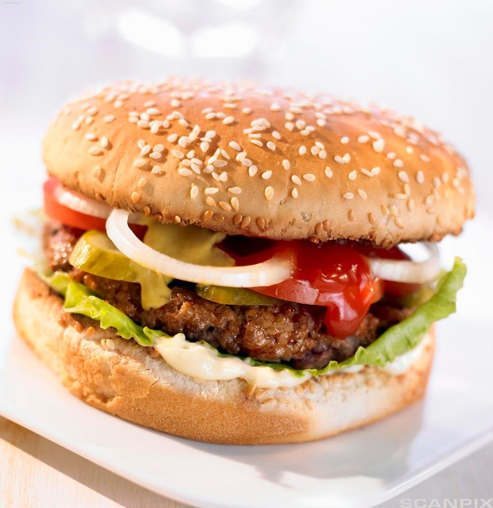 Hamburger på tallerken. Foto.