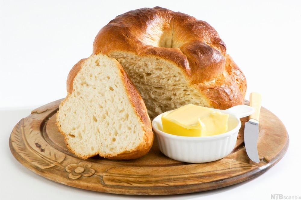 Britisk landsbyloff og ei skål med smør på eit fat. Foto.
