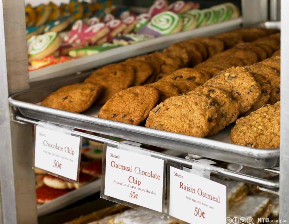 Et utvalg av småkaker i et bakeri. Foto