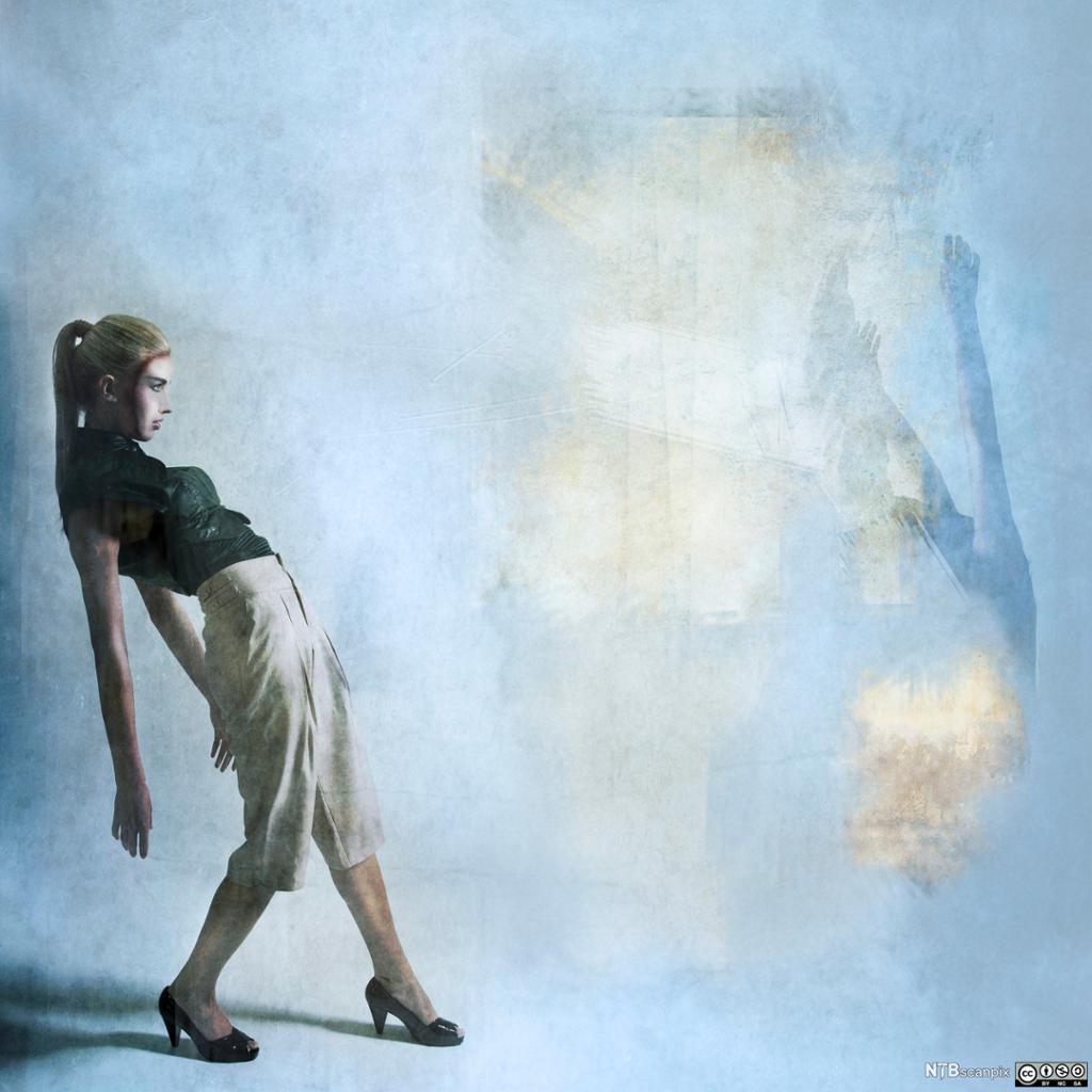 Tilbakelent kvinne foran speil
