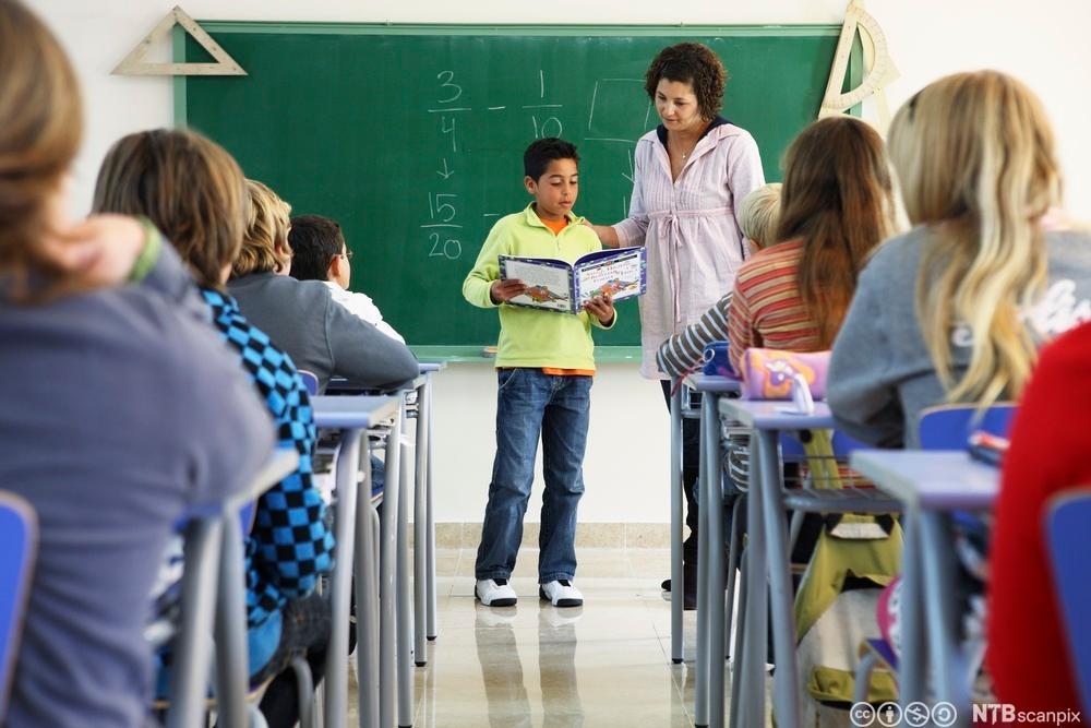 Lærer og elever i klasserom. Foto.