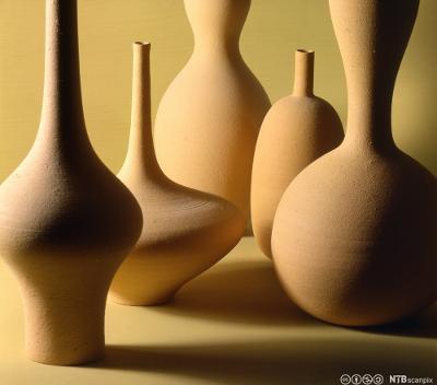 Keramikk med ulike former. Foto.