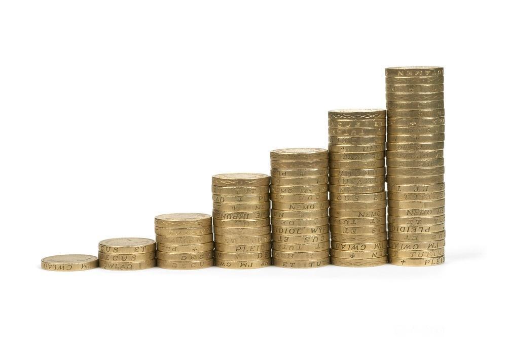Stabler med mynter i stigende rekkefølge. Foto.