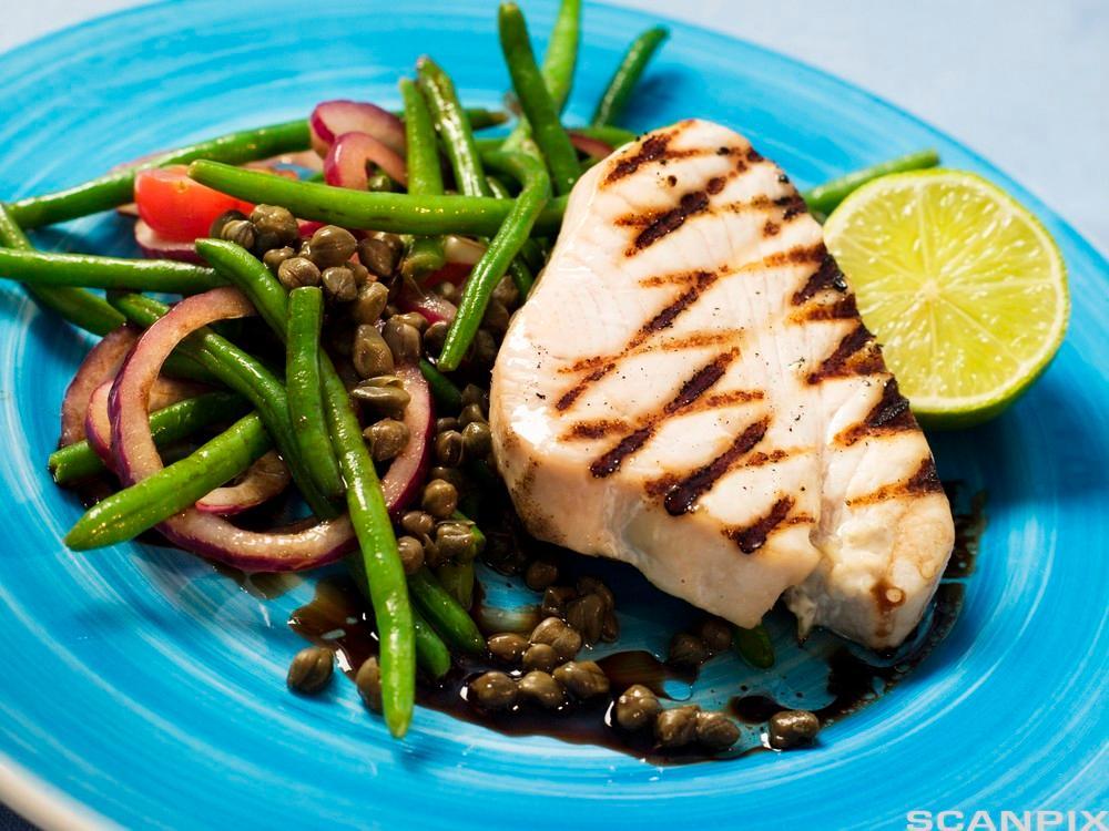 Grillet tunfisk med grønnsakssalat og kapers.Foto.