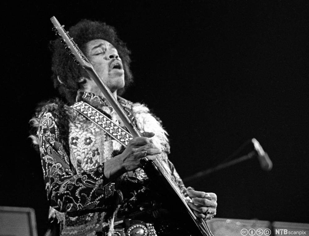 Den amerikanske gitaristen og sangeren Jimi Hendrix under konsert i København i 1969. Foto.