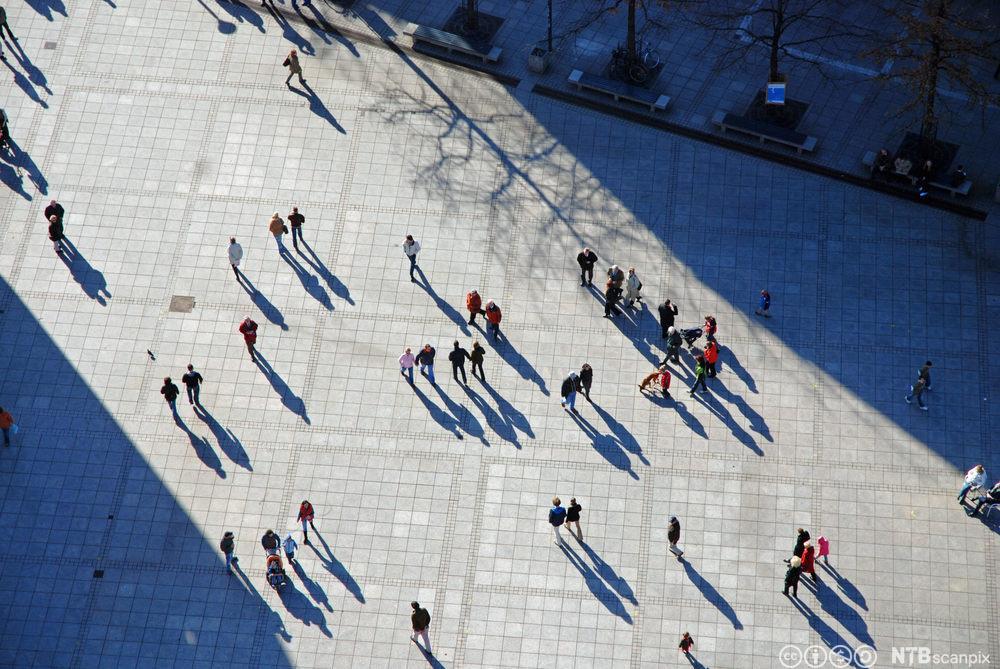 Oversiktsbilde som viser mennesker på en åpen plass. Foto.