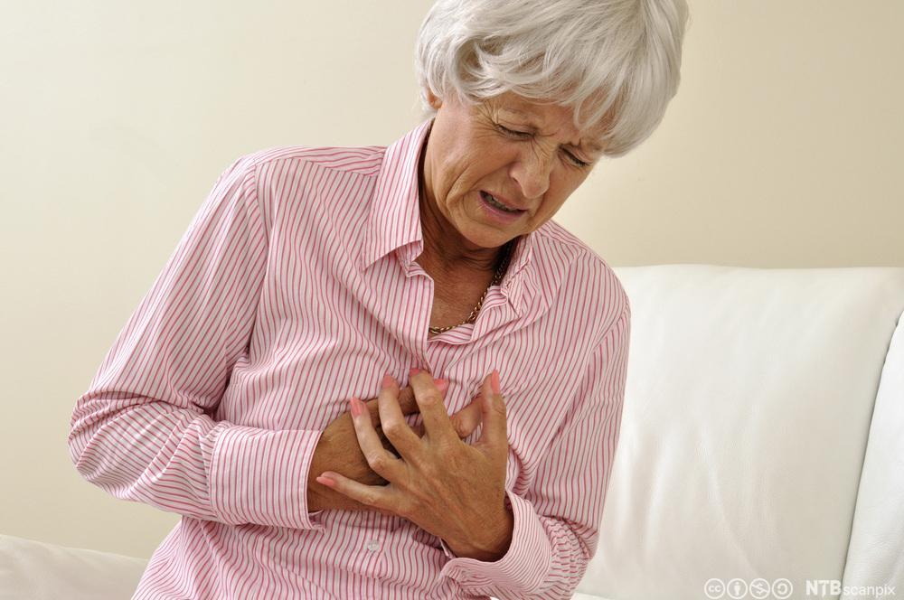 Kvinne med hjertesmerter