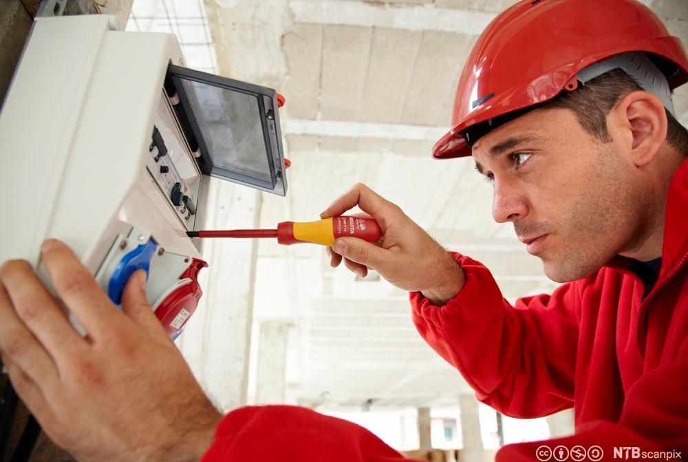 Elektriker i arbeid. Foto.