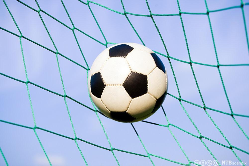 Fotball i mål. Foto.