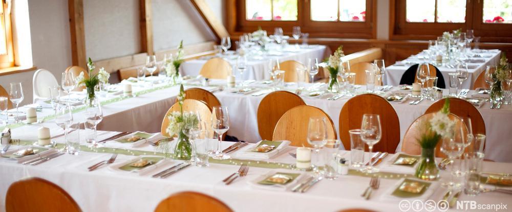 Eit bord som er dekt opp til bryllaup. Foto.