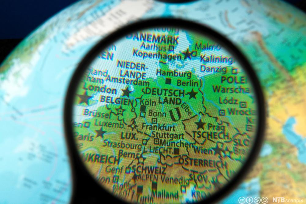 Europakart under lupe. Foto.