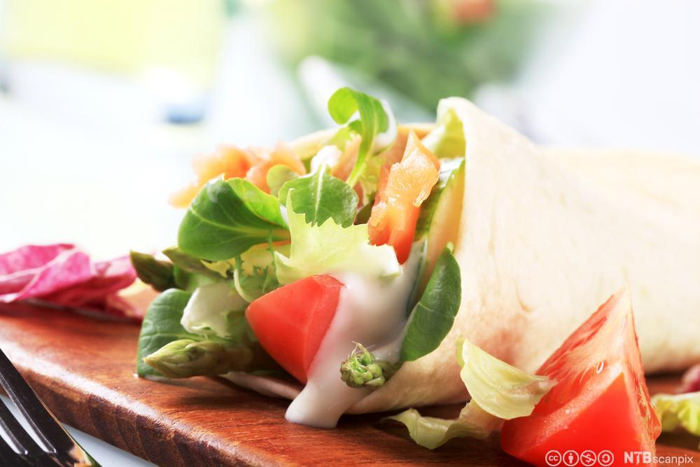 Tortilla med grønsaker og kjøt. Foto.
