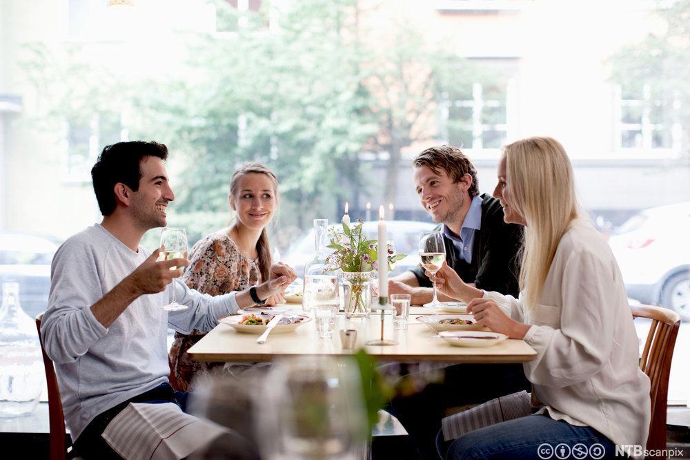 Bilde av fornøyde gjester som inntar et måltid på restaurant