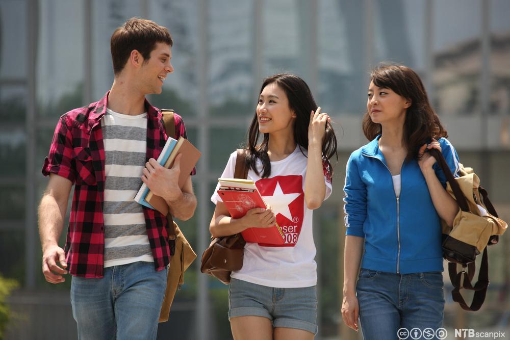 Tre studenter. Foto.