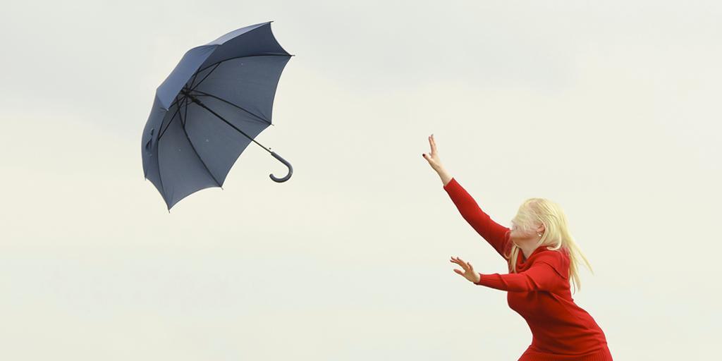 Kvinne med paraply. Foto.