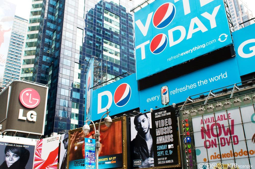 Mange forskjellige reklameskilt. Foto.