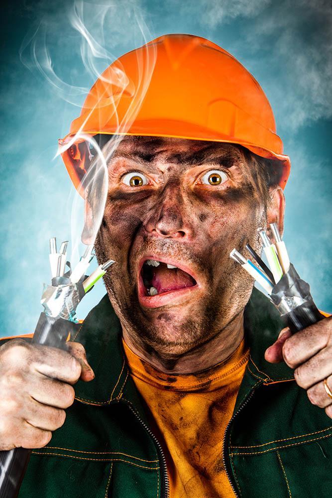 Elektriker får elektrisk sjokk. Foto.