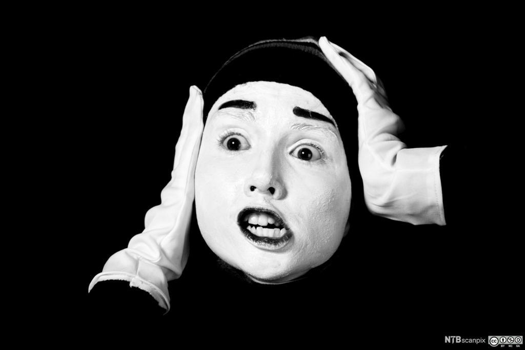 Nærbilde av pantomimeartist. Foto.