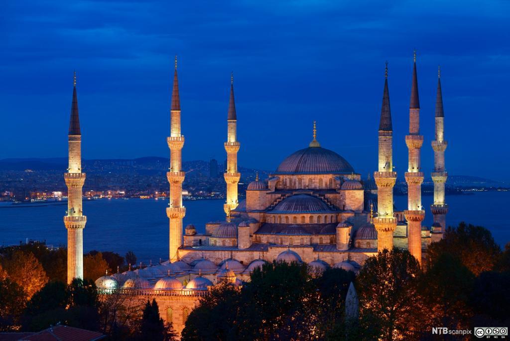 Den blå moskeen i Istanbul i skumringa. Utsikt utover Bosporus-sundet. Foto.