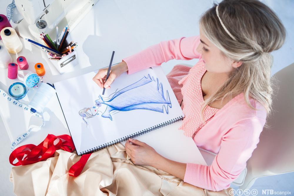 Jente som tegner en skisse. Foto.
