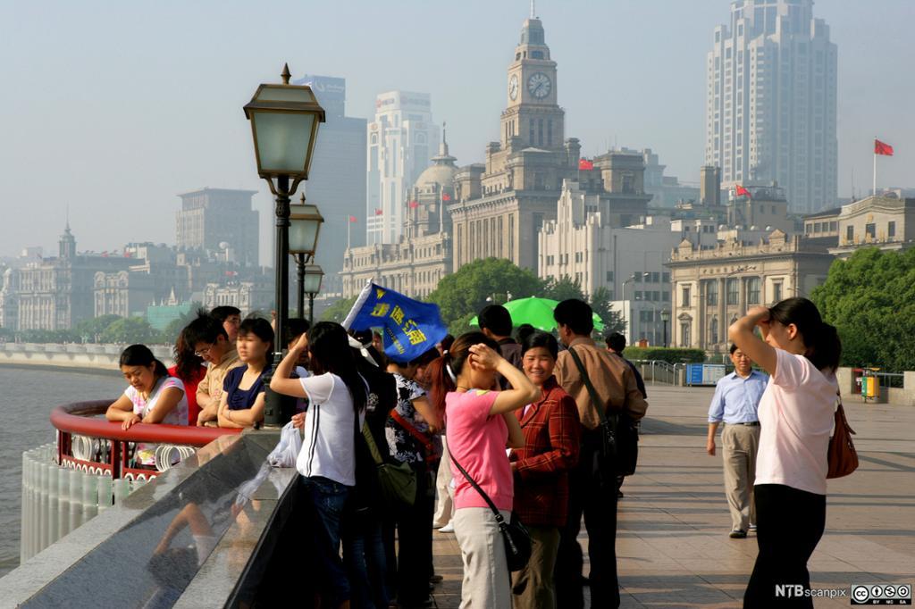 Turister på The Bund i Shanghai. Foto.