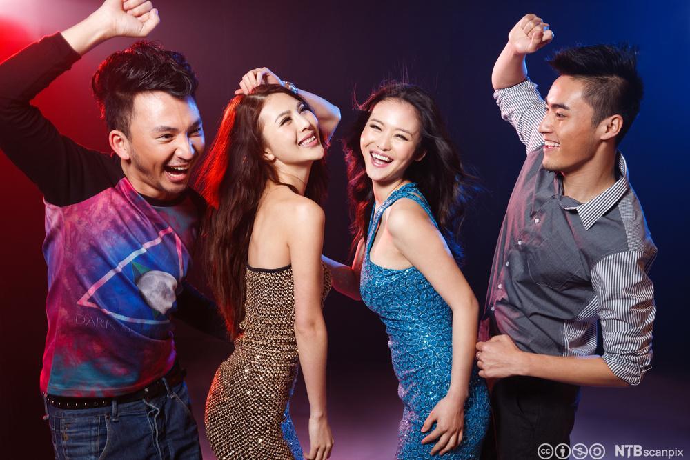 Unge kinesere danser på en karaokebar. Foto.