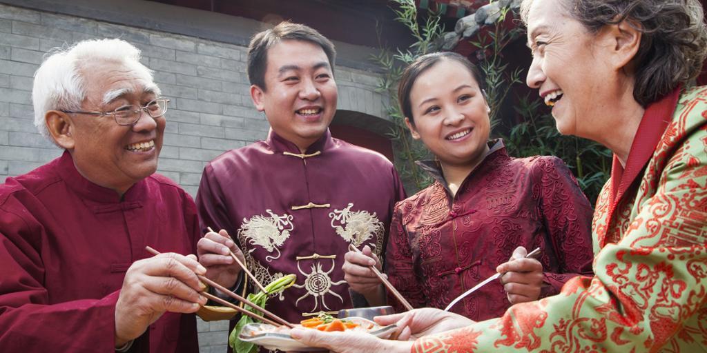 En kinesisk familie smaker på mat. Foto.