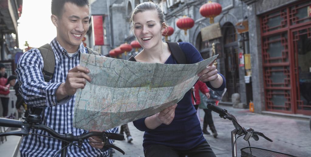 Ungt par i Kina studerer kart. Foto.