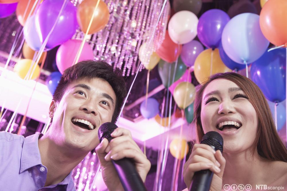 Ungdommer som synger karaoke. Foto.