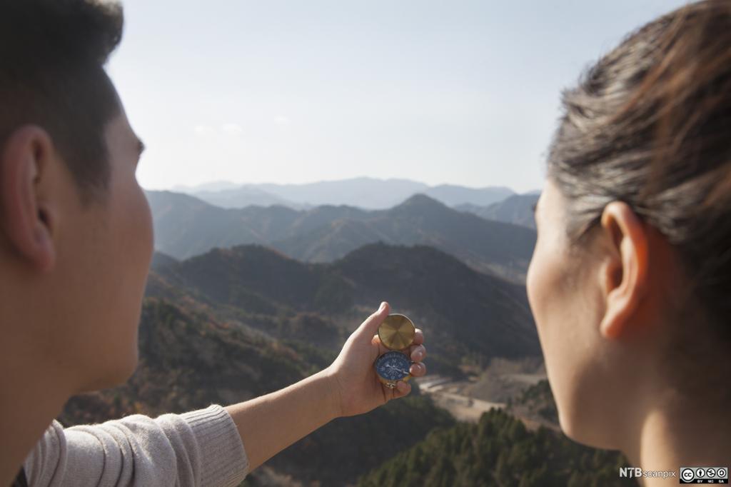 Turister ser på kompass