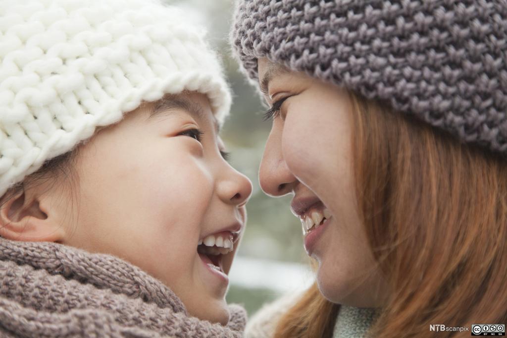 To søstre smiler til hverandre. Foto.