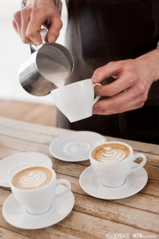 Barista lager cappuccino. Foto.