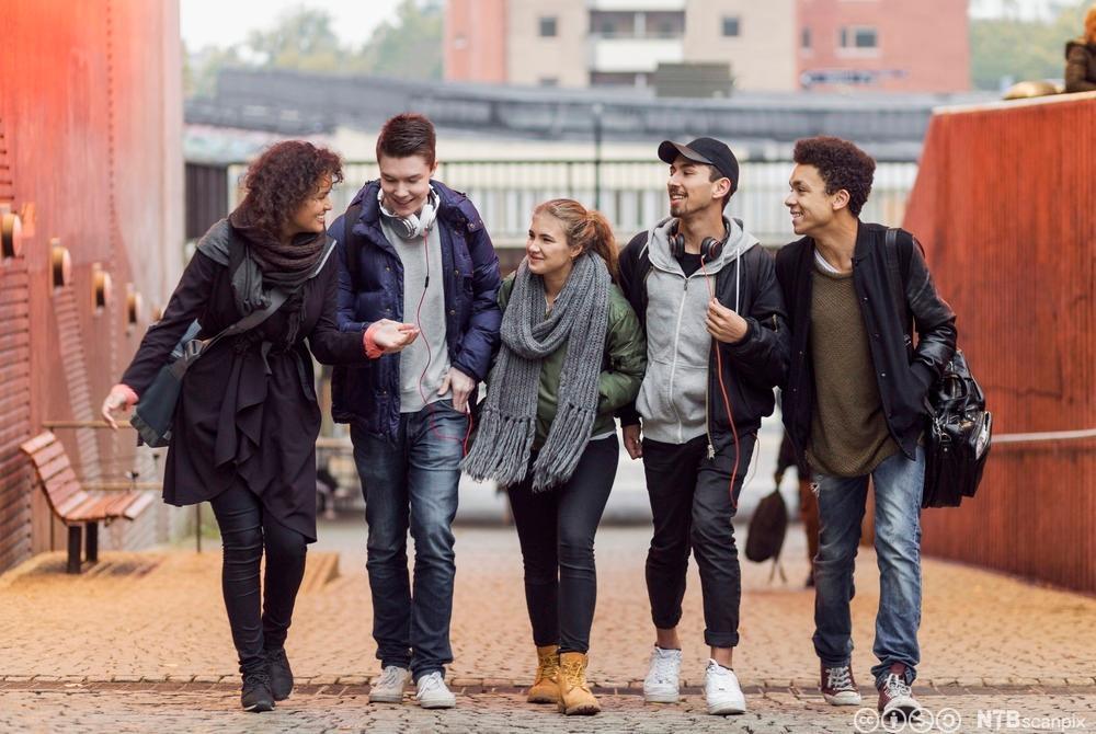 Ungdommer som snakker sammen. Foto.