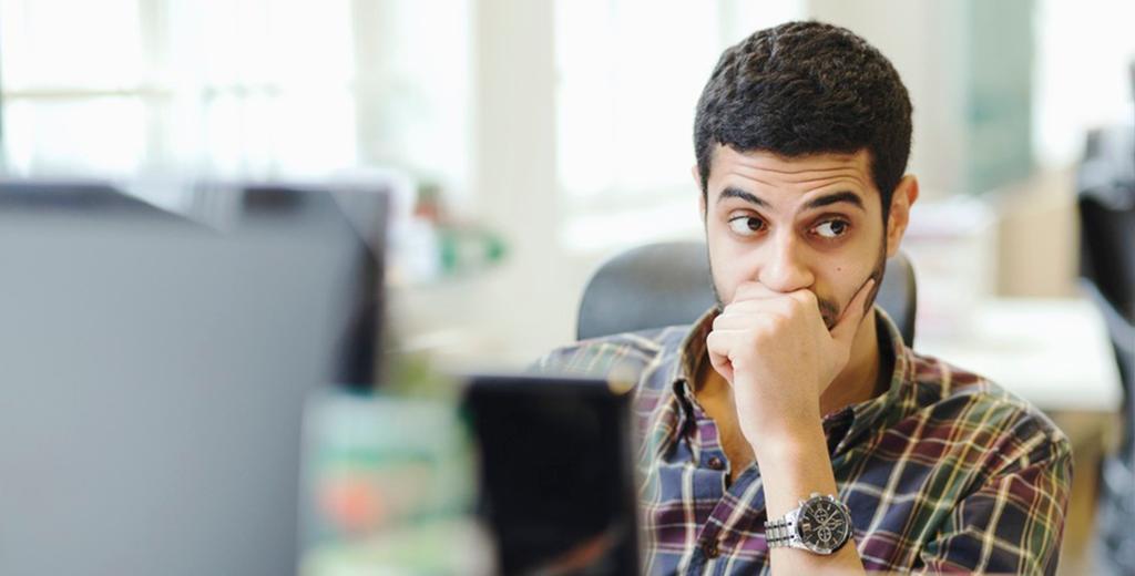 En ettertenksom mann foran PCen. Foto.