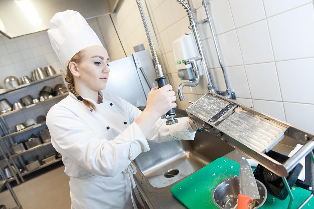 Kokk arbeider i oppvasken. Foto.