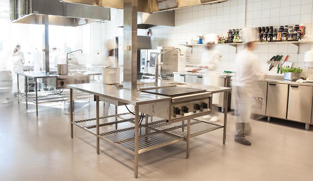 Kokker i arbeid på kjøkkenet. Foto.