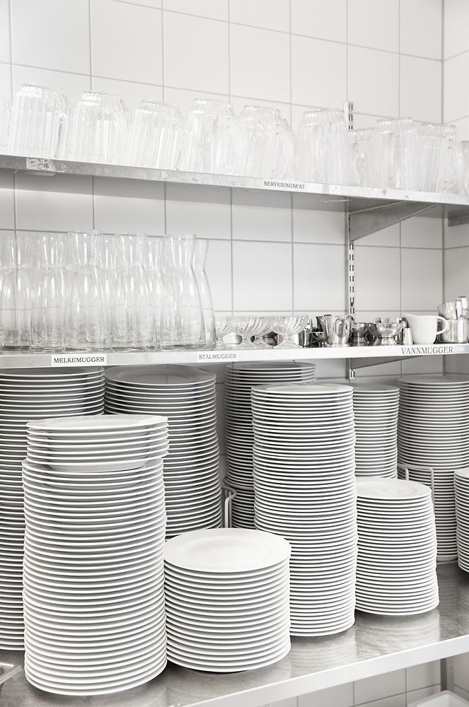 Kopper og tallerkner lagret i sabler. Foto.